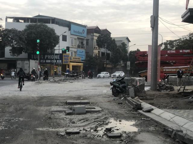 Những tuyến đường chằng chịt 'ổ gà, ổ voi' ở Hà Nội - Ảnh 11.