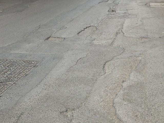 Những tuyến đường chằng chịt 'ổ gà, ổ voi' ở Hà Nội - Ảnh 12.
