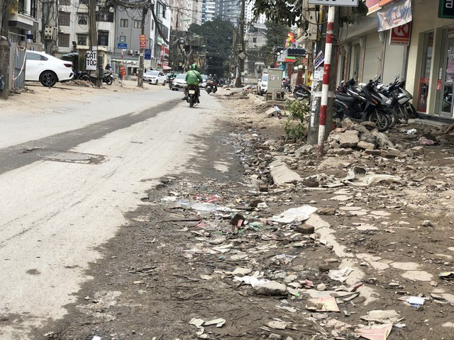 Những tuyến đường chằng chịt 'ổ gà, ổ voi' ở Hà Nội - Ảnh 3.