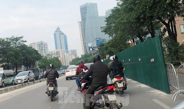 Ùn tắc khi quây lòng đường Lê Văn Lương thi công hầm chui Vành đai 3 - Ảnh 4.