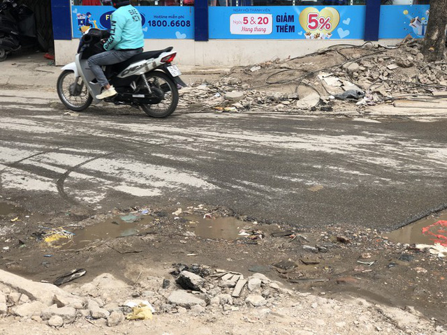 Những tuyến đường chằng chịt 'ổ gà, ổ voi' ở Hà Nội - Ảnh 4.