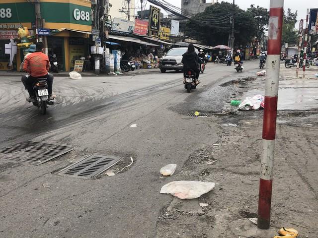 Những tuyến đường chằng chịt 'ổ gà, ổ voi' ở Hà Nội - Ảnh 6.