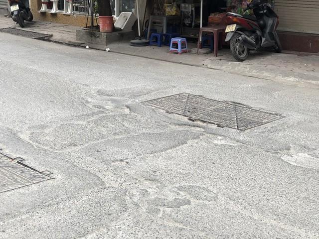Những tuyến đường chằng chịt 'ổ gà, ổ voi' ở Hà Nội - Ảnh 9.