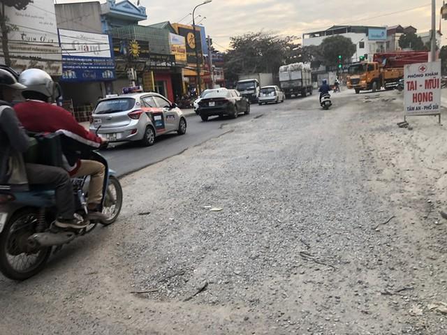 Những tuyến đường chằng chịt 'ổ gà, ổ voi' ở Hà Nội - Ảnh 10.