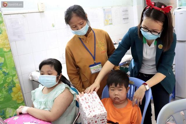 Nghẹn lòng những lá thư gửi ông già Noel ở bệnh viện nhi: Cầu mong ông ban phép màu cho con hết bệnh về với gia đình - Ảnh 13.