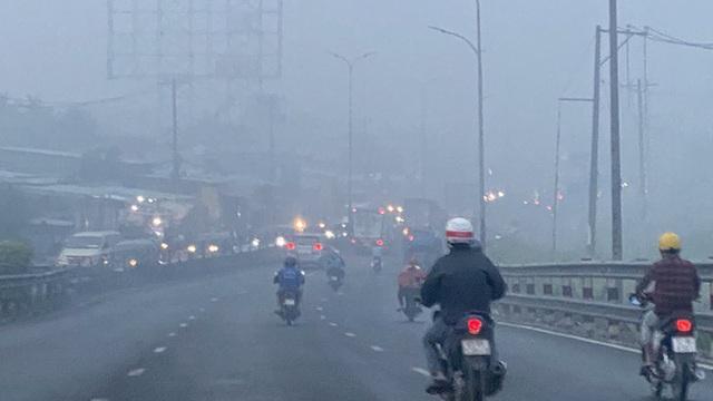 Sương mù trắng xoá ở TP HCM nhưng tia cực tím lại âm thầm gây hại  - Ảnh 2.