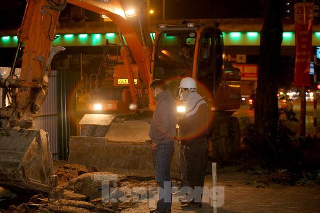 Công nhân trắng đêm thi công hầm chui- nút giao Lê Văn Lương - Ảnh 1.