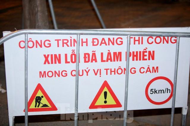 Công nhân trắng đêm thi công hầm chui- nút giao Lê Văn Lương - Ảnh 2.