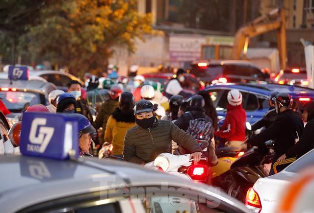 Người dân Thủ đô lại bị ám ảnh tắc đường những ngày cuối năm - Ảnh 11.