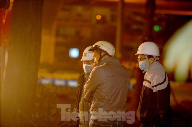 Công nhân trắng đêm thi công hầm chui- nút giao Lê Văn Lương - Ảnh 4.