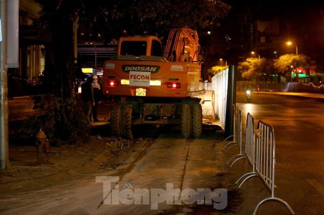 Công nhân trắng đêm thi công hầm chui- nút giao Lê Văn Lương - Ảnh 6.