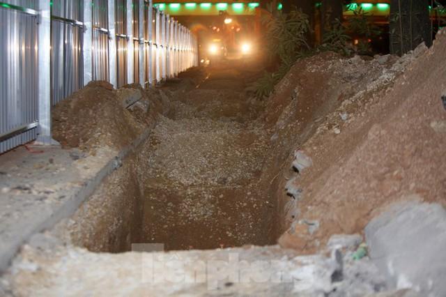 Công nhân trắng đêm thi công hầm chui- nút giao Lê Văn Lương - Ảnh 7.