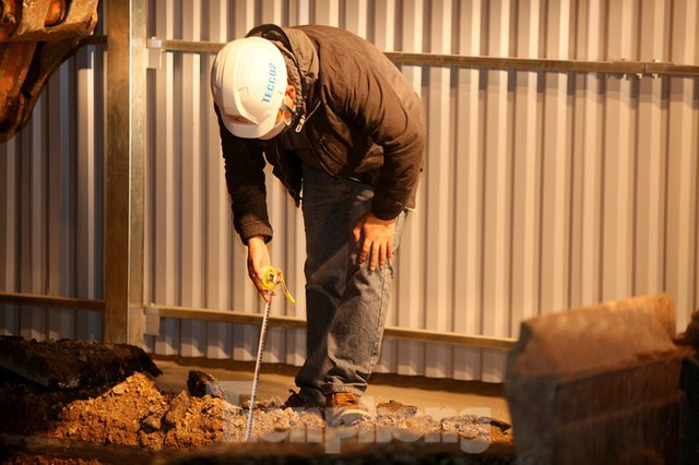 Công nhân trắng đêm thi công hầm chui- nút giao Lê Văn Lương - Ảnh 8.