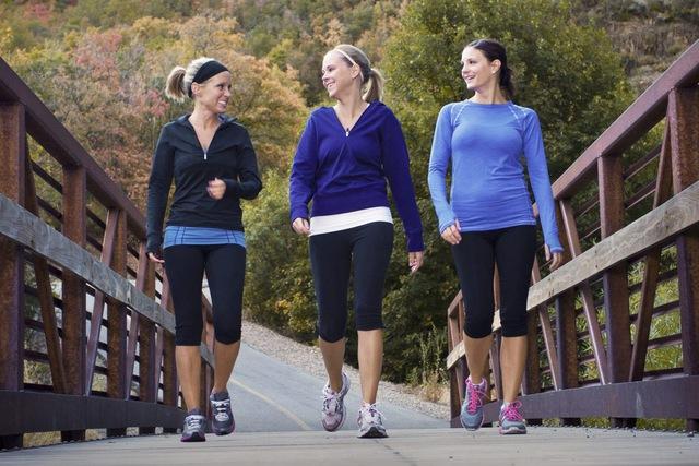 Dễ dàng để bắt đầu, duy trì đơn giản, đi bộ là bài tập thể dục hiệu quả đối với mọi đối tượng, nhưng bạn rất cần ghi nhớ 8 lưu ý này để tránh tác dụng ngược - Ảnh 2.