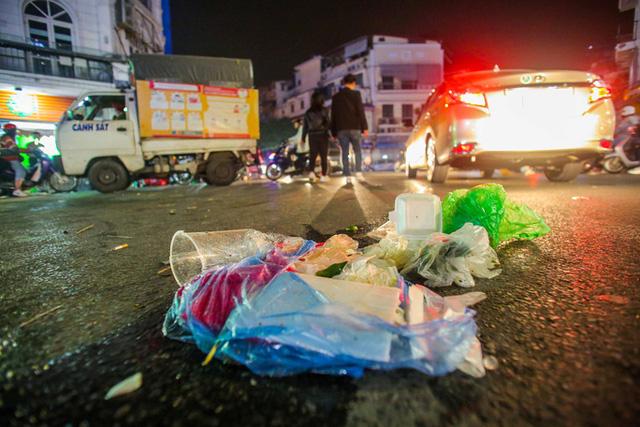 CLIP: Sau đêm vui chơi Giáng sinh là cảnh ngập rác ở phố đi bộ hồ Gươm  - Ảnh 2.