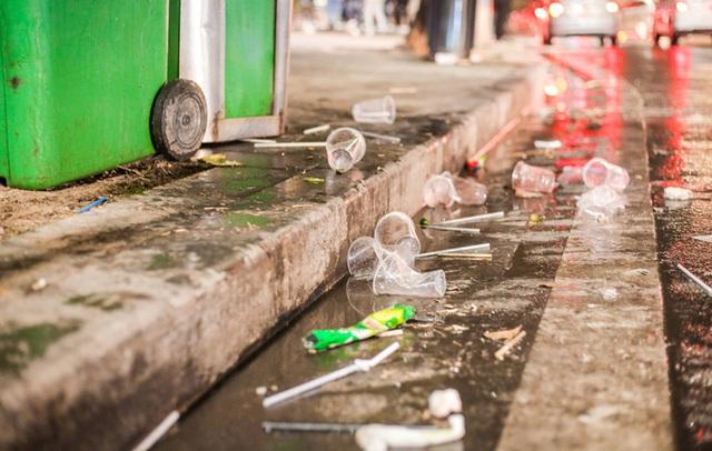 CLIP: Sau đêm vui chơi Giáng sinh là cảnh ngập rác ở phố đi bộ hồ Gươm  - Ảnh 13.