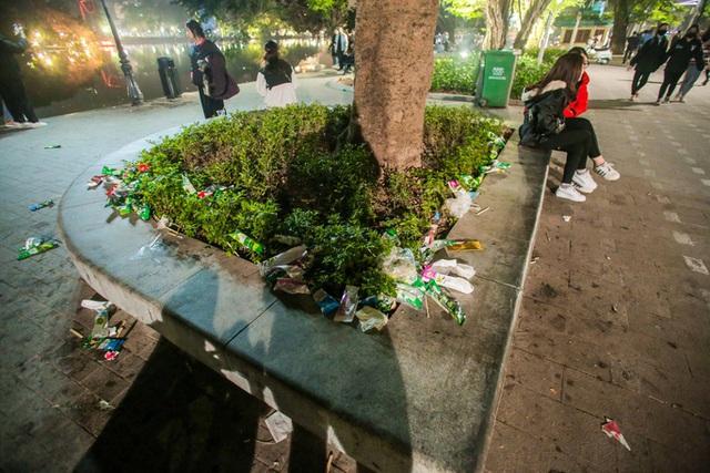 CLIP: Sau đêm vui chơi Giáng sinh là cảnh ngập rác ở phố đi bộ hồ Gươm  - Ảnh 14.