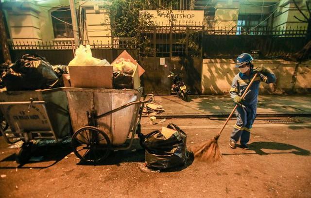 CLIP: Sau đêm vui chơi Giáng sinh là cảnh ngập rác ở phố đi bộ hồ Gươm  - Ảnh 16.