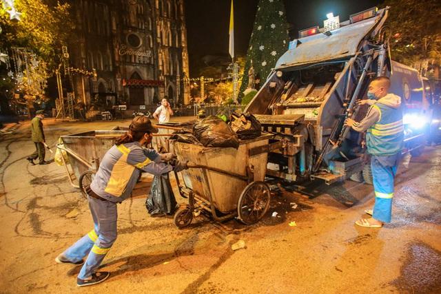 CLIP: Sau đêm vui chơi Giáng sinh là cảnh ngập rác ở phố đi bộ hồ Gươm  - Ảnh 17.