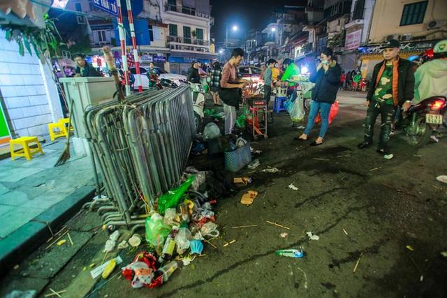 CLIP: Sau đêm vui chơi Giáng sinh là cảnh ngập rác ở phố đi bộ hồ Gươm  - Ảnh 4.