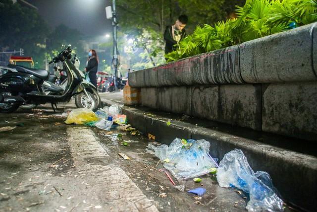 CLIP: Sau đêm vui chơi Giáng sinh là cảnh ngập rác ở phố đi bộ hồ Gươm  - Ảnh 5.