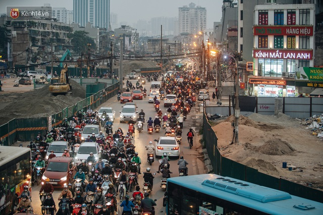 Cuộc sống người dân cạnh đại công trường đường vành đai nghìn tỷ: Ùn tắc, khói bụi, thậm chí ngã nhào - Ảnh 38.