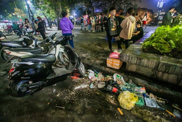 CLIP: Sau đêm vui chơi Giáng sinh là cảnh ngập rác ở phố đi bộ hồ Gươm  - Ảnh 6.