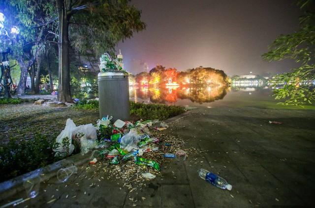CLIP: Sau đêm vui chơi Giáng sinh là cảnh ngập rác ở phố đi bộ hồ Gươm  - Ảnh 7.