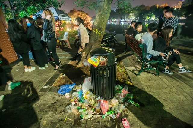 CLIP: Sau đêm vui chơi Giáng sinh là cảnh ngập rác ở phố đi bộ hồ Gươm  - Ảnh 8.