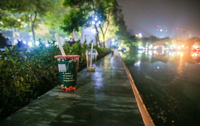 CLIP: Sau đêm vui chơi Giáng sinh là cảnh ngập rác ở phố đi bộ hồ Gươm  - Ảnh 9.