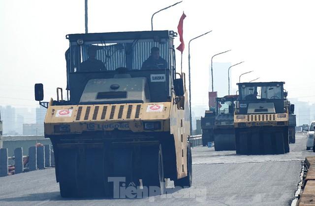 Cận cảnh đại công trường sửa chữa mặt cầu Thăng Long trước ngày thông xe - Ảnh 2.