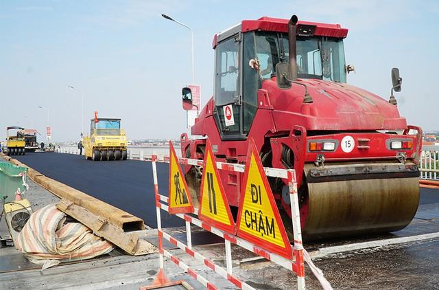 Cận cảnh đại công trường sửa chữa mặt cầu Thăng Long trước ngày thông xe - Ảnh 11.