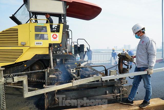 Cận cảnh đại công trường sửa chữa mặt cầu Thăng Long trước ngày thông xe - Ảnh 3.