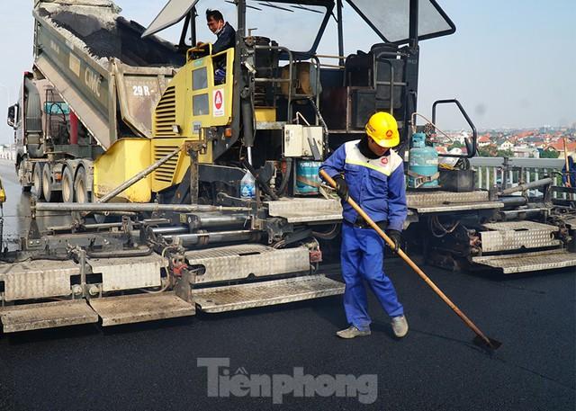 Cận cảnh đại công trường sửa chữa mặt cầu Thăng Long trước ngày thông xe - Ảnh 4.