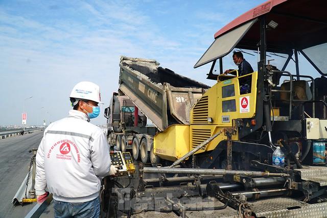 Cận cảnh đại công trường sửa chữa mặt cầu Thăng Long trước ngày thông xe - Ảnh 5.