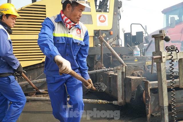 Cận cảnh đại công trường sửa chữa mặt cầu Thăng Long trước ngày thông xe - Ảnh 7.