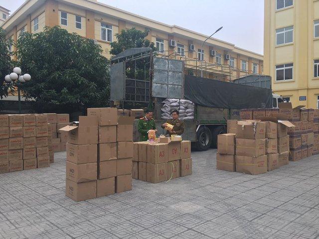 Hà Nội: Phát hiện hơn 10 tấn bánh kẹo không rõ nguồn gốc chuẩn bị được đem bán cho học sinh tại các cổng trường - Ảnh 1.