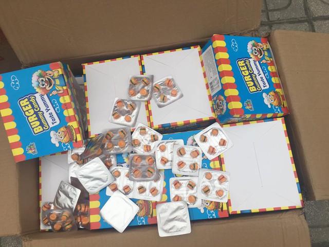Hà Nội: Phát hiện hơn 10 tấn bánh kẹo không rõ nguồn gốc chuẩn bị được đem bán cho học sinh tại các cổng trường - Ảnh 2.