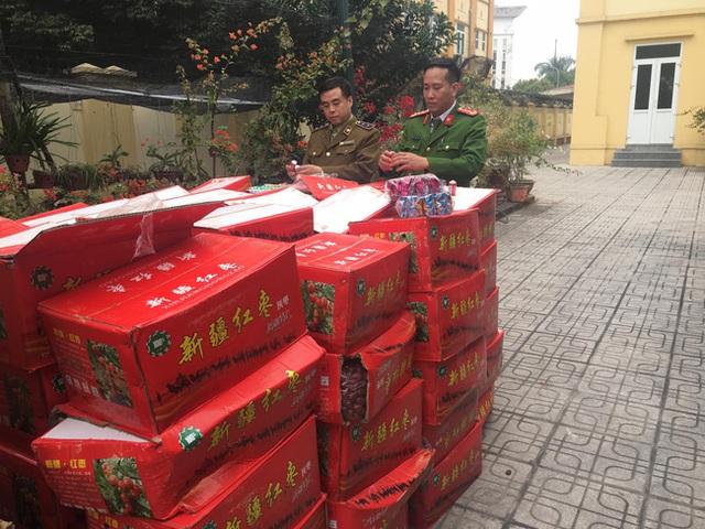Hà Nội: Phát hiện hơn 10 tấn bánh kẹo không rõ nguồn gốc chuẩn bị được đem bán cho học sinh tại các cổng trường - Ảnh 3.