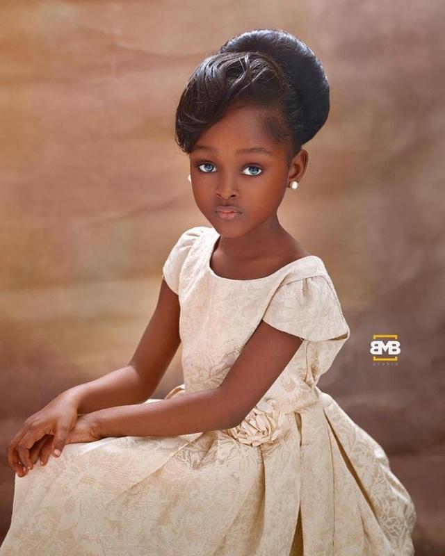Bất ngờ đổi đời sau loạt ảnh 2 năm trước, Cô bé châu Phi đẹp nhất thế giới giờ vẫn đẹp nao lòng nhưng cách cha mẹ dạy dỗ mới đáng chú ý - Ảnh 5.