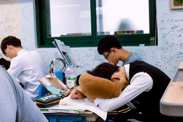 Ác mộng thực sự mang tên thi đại học ở Hàn Quốc: Cấm cung ôn thi để tránh dịch, sợ trượt trường top hơn cả sợ Covid-19 - Ảnh 1.
