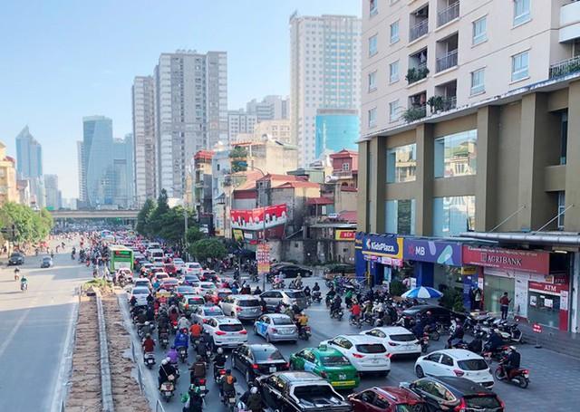 Cận cảnh cao ốc nhấn chìm con đường BT Hà Nội - Ảnh 1.