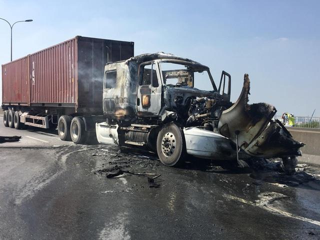 TP.HCM: Xe container bốc cháy ngùn ngụt trên cầu Phú Mỹ, phong toả đường để dập lửa - Ảnh 2.