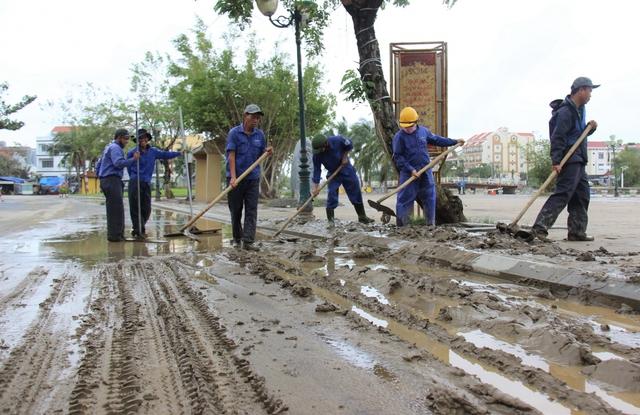 Hơn 150 người dọn bùn non đang tràn ngập phố cổ Hội An - Ảnh 1.
