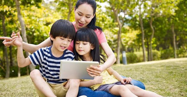 Khó mà cấm con sử dụng thiết bị điện tử bởi không sớm thì muộn, con cũng tiếp xúc với chúng, thay vào đó đây là cách tốt nhất bố mẹ có thể làm - Ảnh 1.