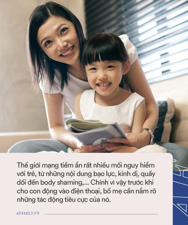 Khó mà cấm con sử dụng thiết bị điện tử bởi không sớm thì muộn, con cũng tiếp xúc với chúng, thay vào đó đây là cách tốt nhất bố mẹ có thể làm - Ảnh 2.