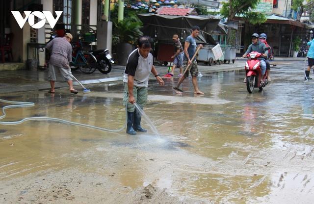 Hơn 150 người dọn bùn non đang tràn ngập phố cổ Hội An - Ảnh 11.