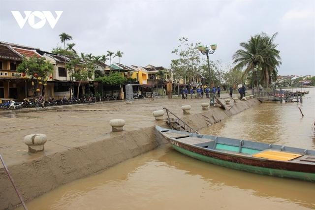 Hơn 150 người dọn bùn non đang tràn ngập phố cổ Hội An - Ảnh 12.