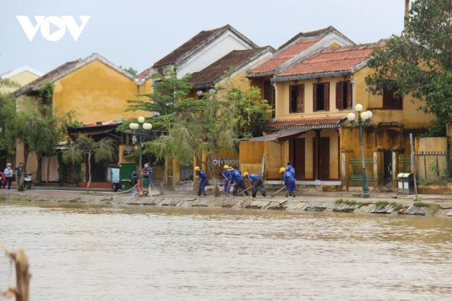 Hơn 150 người dọn bùn non đang tràn ngập phố cổ Hội An - Ảnh 13.