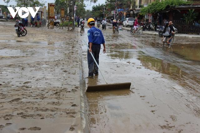 Hơn 150 người dọn bùn non đang tràn ngập phố cổ Hội An - Ảnh 14.